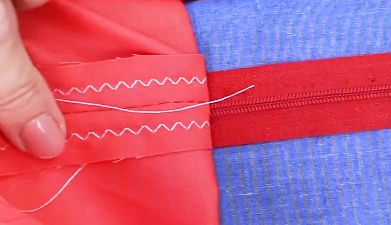 Wonderfil Iron n Fuse limtråd brukt for å holde glidelåsen på plass.